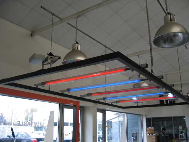 SUSPENSION METALLIQUE A NEONS MULTICOLORES ET NEON DE RECHANGE.