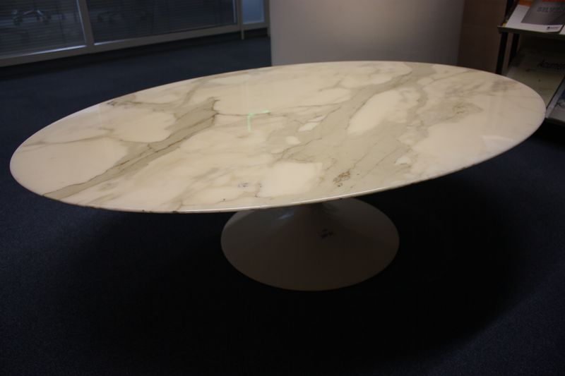 table basse a plateau ovale en marbre blanc veine gris. Black Bedroom Furniture Sets. Home Design Ideas