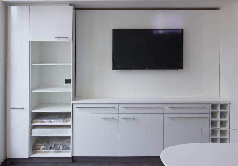 cuisine dangle integree avec plan de travail en corian comprenant un meuble dangle haut ouvrant par. Black Bedroom Furniture Sets. Home Design Ideas