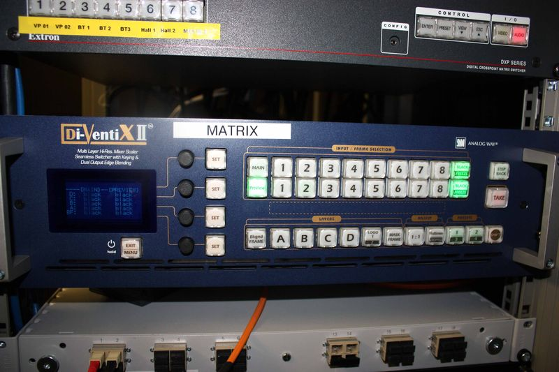 BAIE INFORMATIQUE COMPRENANT 2 MODULES EXTRON DE GESTION DE CAMERAS ET DE DOCUMENTS MODELE AMV SERIES ET MVX SERIES, 1 SWITCH EXTRON DXP SERIES, 1 SWITCH MIXEUR ANALOGIQUE DI-VENTI X2, 1 DIMMER BOTEX DPX 620 DIGITAL.  EN L'ETAT, NON TESTE. REGIE SALLE EUROPE -1.