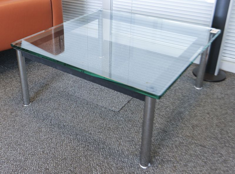 TABLE BASSE CARREE MODELE LC10, DESIGN LE CORBUSIER EDITION CASSINA, LE PIETEMENT EN ACIER CHROME BRILLANT, LES BARRES EN ACIER LAQUE NOIR, PLATEAU DE VERRE. DIMENSIONS : 70 X 70 CM. B548