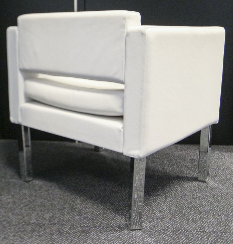 LOT 20. 4 UNITES. FAUTEUIL DE FORME CUBIQUE A STRUCTURE EN METAL CHROME REPOSANT SUR 4 PIEDS A SECTION CARREE GARNI DE CUIR BLANC. DIMENSIONS: 72 X 70 X 65 CM.  7EME