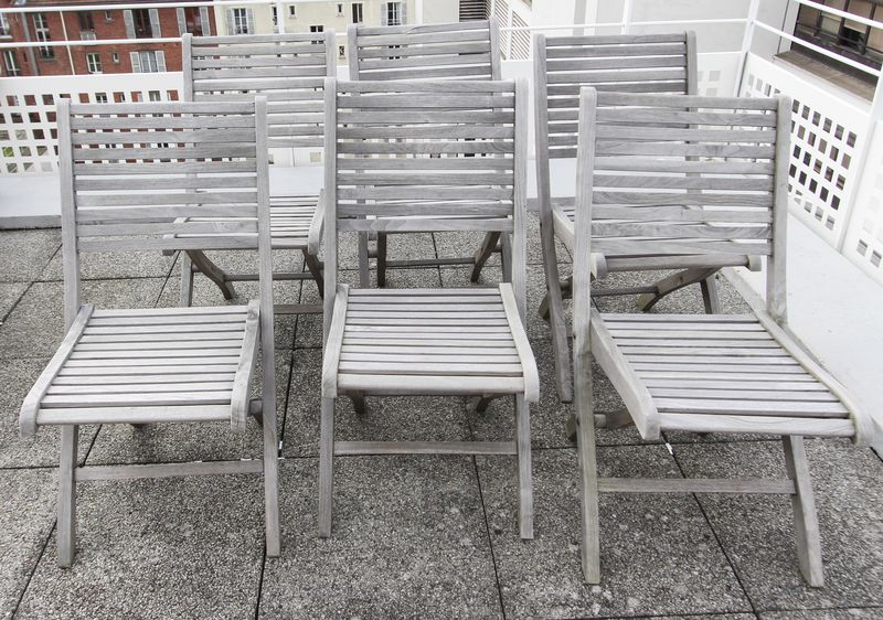 9 CHAISES DE JARDIN EN TECK TRES ACCIDENTEES VENDUES EN L'ETAT, IMPORTANTES USURES ET ACCIDENTS, CERTAINES CASSEES. 6EME