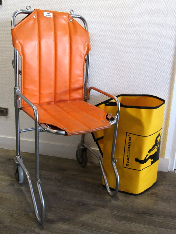 CHAISE D'EVACUATION, STRUCTURE METALLIQUE ET ASSISE ORANGE. ON Y JOINT UNE HOUSSE EVAC-CHAIR.