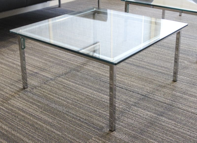 LOT 7. 2 UNITES. TABLE BASSE CARREE, LA STRUCTURE EN METAL CHROME A SECTION CARREE, PLATEAU DE VERRE. DIMENSIONS : 32,5 X 64 CM. P