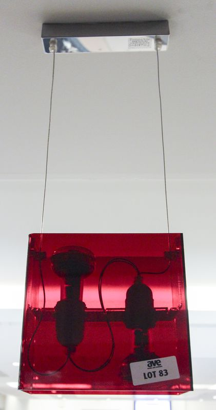 LOT 83. 4 UNITES. SUSPENSION EN METAL CHROME ET PLASTIQUE ROUGE A 2 LUMIERES DE MARQUE FONTANA ARTE MODELE DUPLEX. DIMENSIONS: 58X20X10 CM. A DEMONTER.. P ACCUEIL.