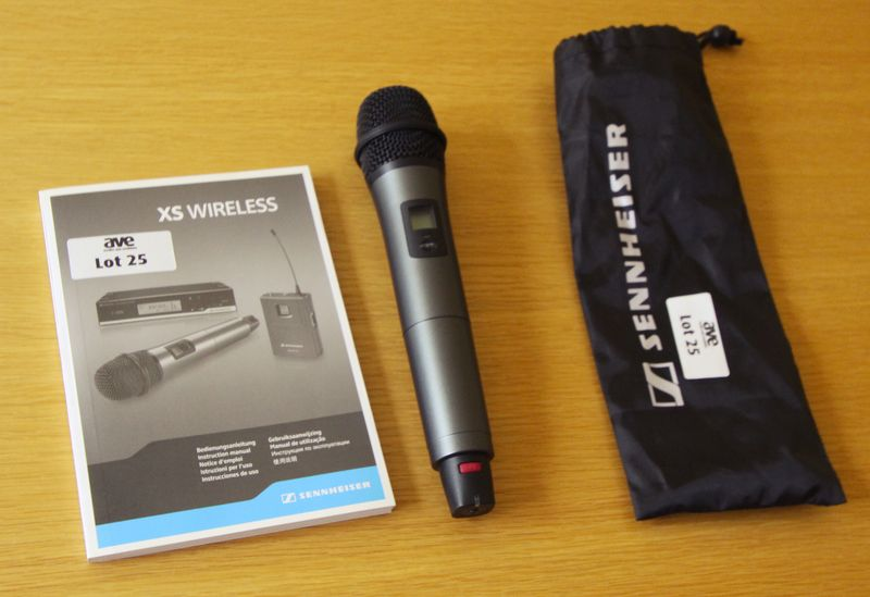 MICRO SANS FIL DE MARQUE SENNHEISER MODELE XS WIRELESS ET SON RECEVEUR SANS FIL DE MARQUE XS WIRELESS TRUE DIVERSITY RECEIVER. ON Y JOINT DOCUMENTATION ET NOTICE. SALLE EDOUARD 7.