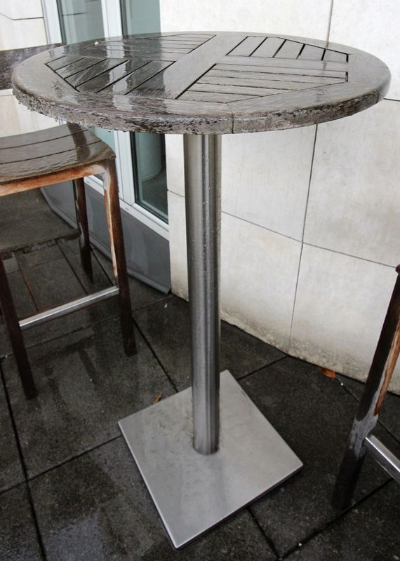 TABLE HAUTE RONDE DE JARDIN EN TECK A PIETEMENT METALLIQUE. 112 X 65CM