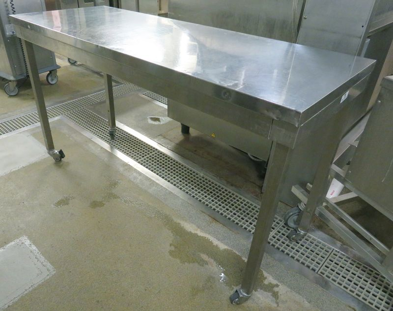 TABLE DE PREPARATION A ROULETTES EN INOX ALIMENTAIRE. 90 X 160 X 60 CM. RIE -2