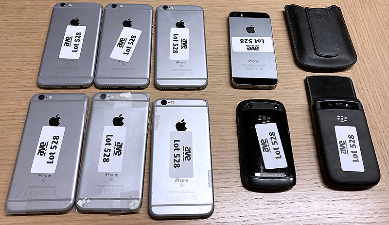 9 TELEPHONES PORTABLE DONT 6 IPHONES 6S 16 GB (ECRAN CASSE), 2 BLACKBERRY, 1 IPHONE 5S 16 GB. RDC
