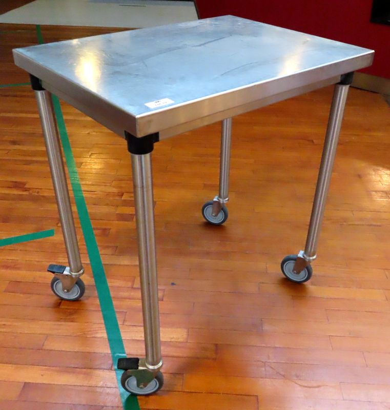 TABLE DE PREPARATION SUR ROULETTES EN INOX ALIMENTAIRE. 91 X 60 X 80 CM. LOT EXONERE DE TVA.